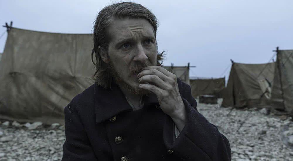Adam Nagaitis als Cornelius Hickey nagt an einem Stück Fleisch in The Terror Staffel 1