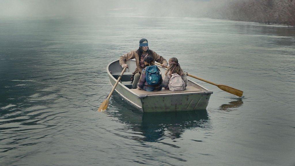 Sandra Bullock und zwei Kinder mit verbundenen Augen in einem Boot auf einem Fluss