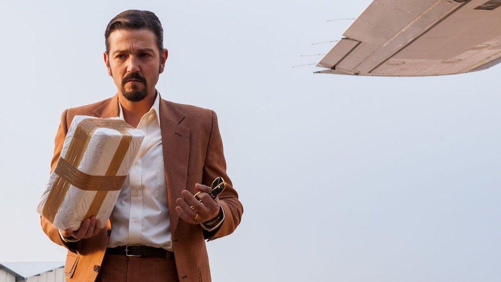Diego Luna als Miguel Ángel Félix Gallardo mit einem Päckchen Kokain in einem Szenenbild für Kritik Narcos Mexico Staffel 1