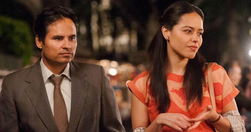 Kiki (Michael Peña) und Mika (Alyssa Diaz)in einem Szenenbild für Kritik Narcos Mexiko Staffel 1