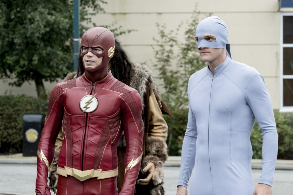 The Flash und Elongated Man (Hartley Swayer) in ihren Superheldenanzügen.