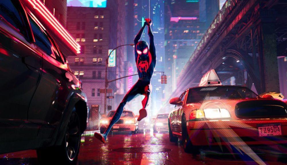 Miles Morales schwingt als Spider-Man durch die Straßen.