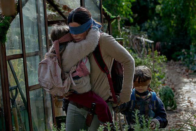 Sandra Bullock mit verbunden Augen in einem Szenenbild für Kritik Bird Box