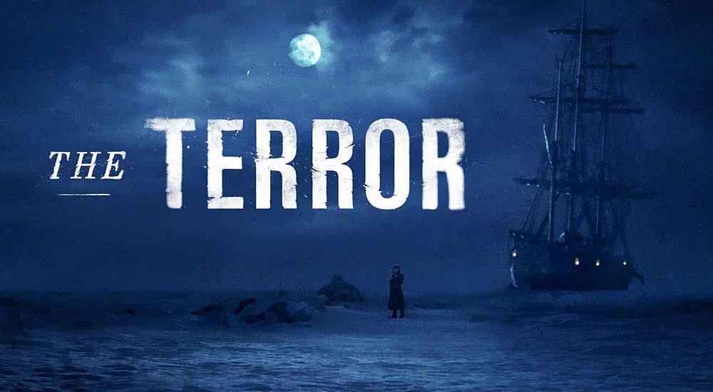 Poster zu The Terror Staffel 1 mit eingefrorenem Schiff und einsamen Mann in der dunkeln Nacht im Packeis
