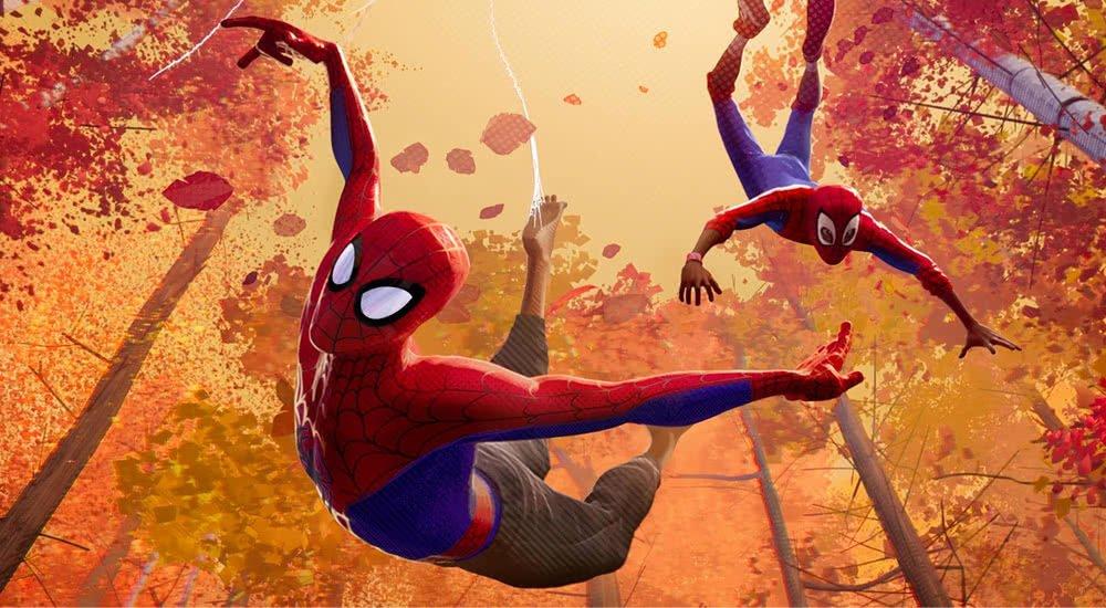 Ein jünge (Shameik Moore) und eine ältere Version (Jake Johnson) von Spider-Man schwingen von Baum zu Baum.