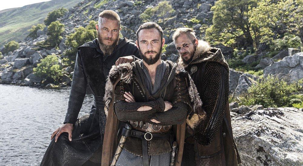Athelstan (George Bladgen), Ragnar (Travis Fimmel) und Floki (Gustaf Skarsgård) in einem Bild aus Vikings Staffel 3