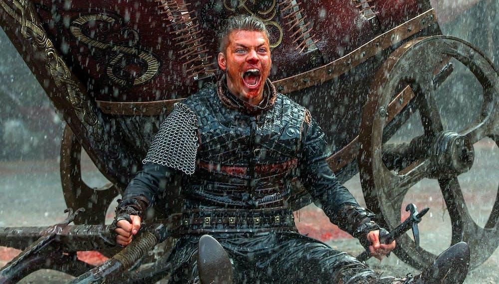 Ivar (Alex Høgh Andersen) blutverschmiert im Regen in einem Bild aus Vikings Staffel 5