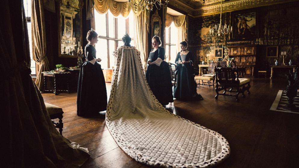 Königin Anne mit Gewand in einem Szenenbild für Kritik The Favourite