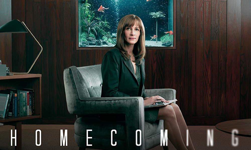 Julia Roberts auf einem Sessel in Titelbild für Kritik Homecoming Staffel 1
