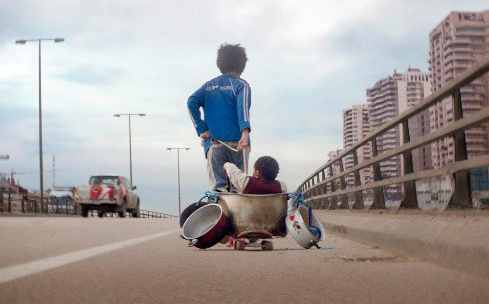 Poster für Kritik Capernaum Stadt der Hoffnung mit Zain der Baby in einem selbstgebauten Wagen über die Straße zieht.