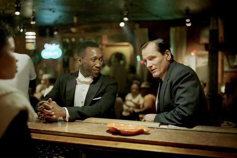 Viggo Mortensen als Tony Lip und Mahershala Ali als Don Shirley an einem Tresen in einer Bar in einem Szenenbild für Kritik Green Book