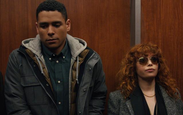 Natasha Lyonne und Charlie Barnett stehen nebeneinander in einem Szenenbild für Kritik Matrjoschka Staffel 1