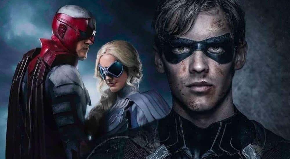 Robin (Brenton Thwaites) mit zwei weiteren maskierten Helden im Hintergrund