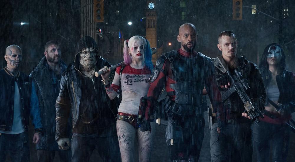 Das Team des Suicide Squad steht aufgereiht im Regen