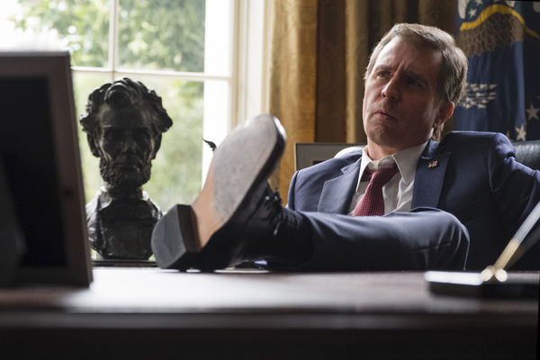 George W. Bush (Sam Rockwell) sitzt im weißen Haus