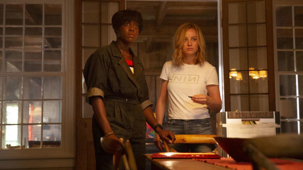 Vers (Brie Larson) und Maria Rambeau (Lashana Lynch) warten im Wohnzimmer.