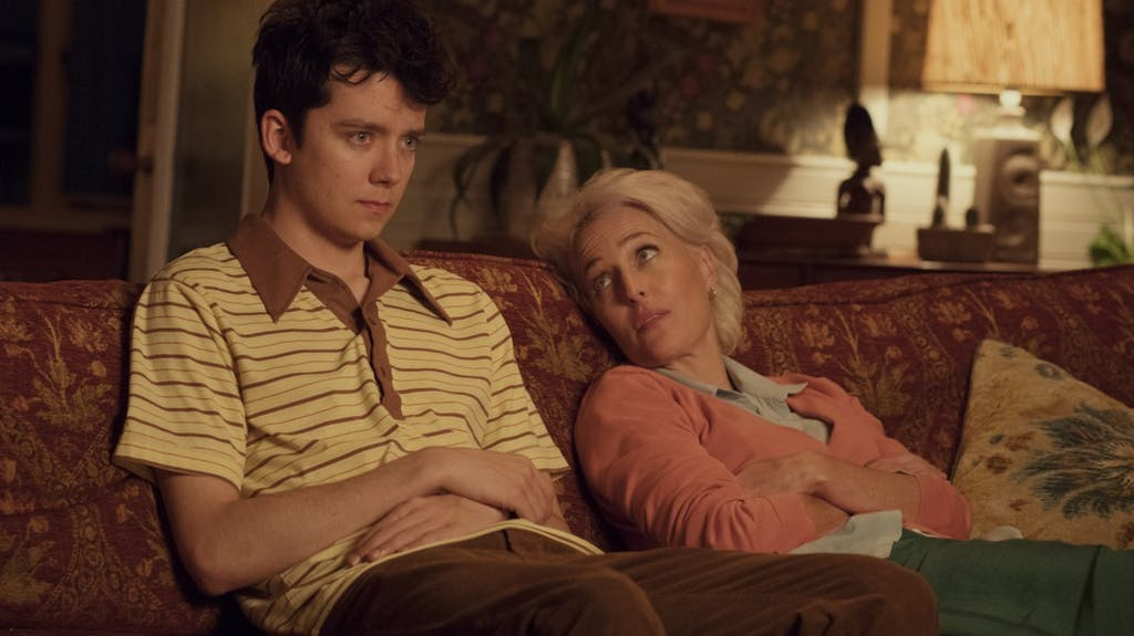 Gillian Anderson und Asa Butterfield in einem Szenenbild für Kritik Sex Education Staffel 1