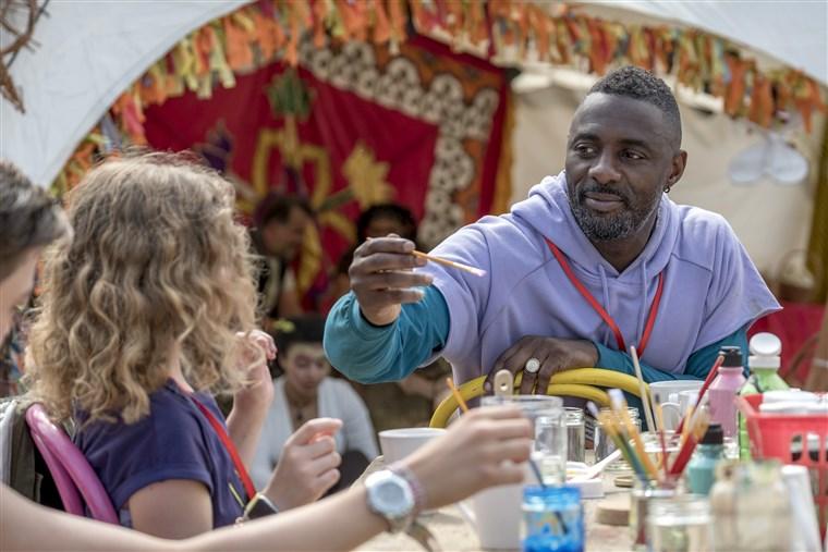 Idris Elba in einem Szenenbild für Kritik Turn Up Charlie Staffel 1