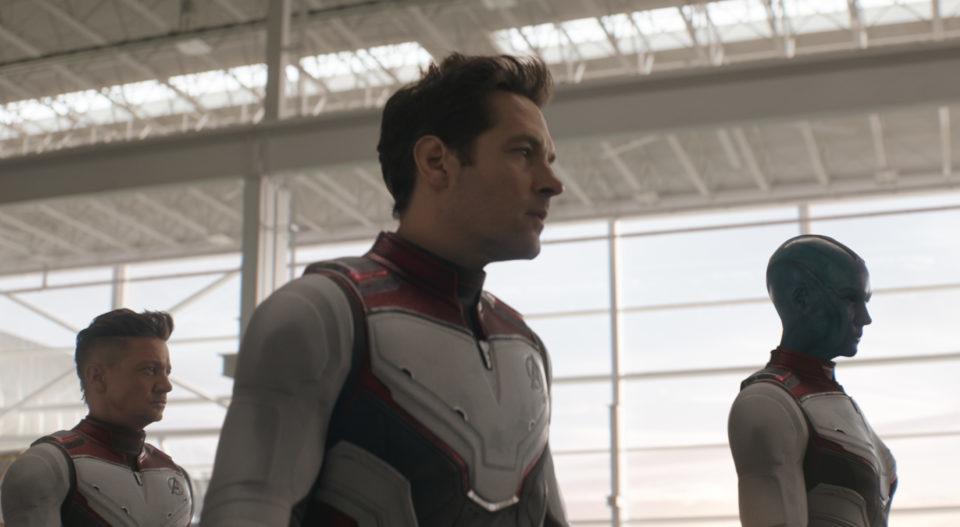 Clint Warton (Jeremy Renner), Scott Lang (Paul Rudd) und Nebula (Karen Gillan) tragen eine Rüstung.