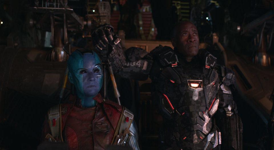 Nebula (Karen Gillan) und James Rhodes (Don Cheadle) fliegen in einem Raumschiff.
