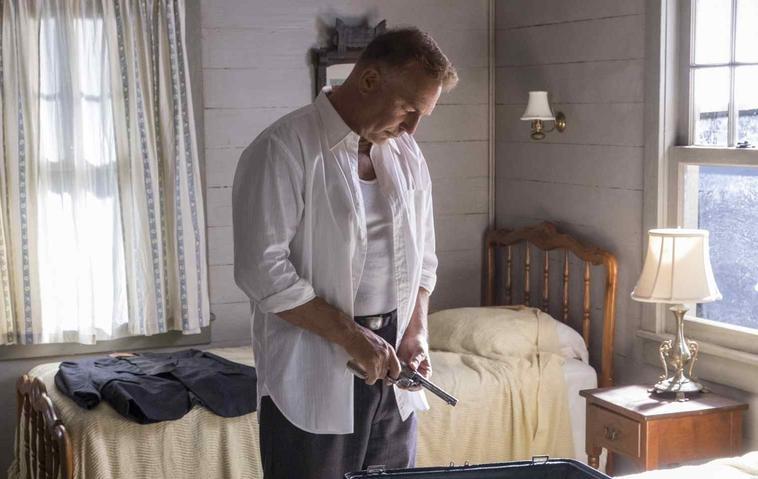 Frank lädt eine Pistole in einem Schlafzimmer in einem Szenenbild für Kritik The Highwaymen
