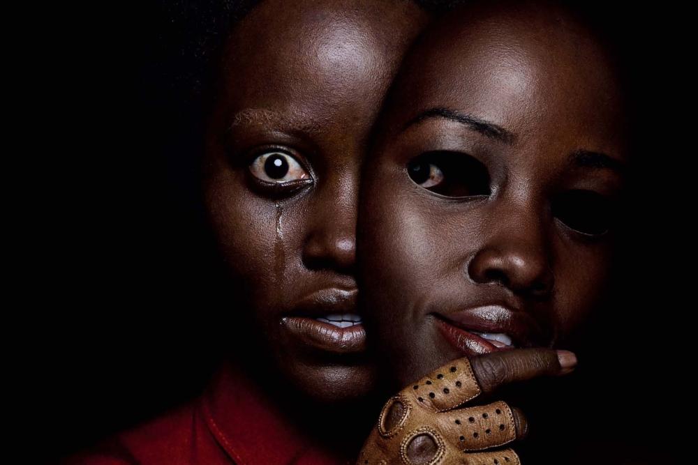 Lupita Nyong'o mit einer Maske in einem Poster für Kritik Wir