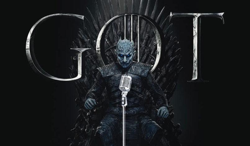 Der Nachtkönig sitzt auf dem Eisernen Thron von Westeros und spricht in ein Podcast-Mikrofon