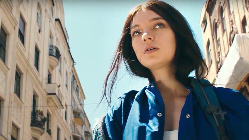 Esme Creed-Miles als Hanna in einer Stadt in einem Szenenbild für Kritik Hanna Staffel 1