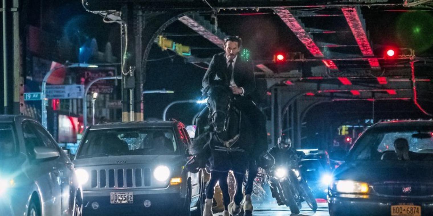 Keanu Reeves als John Wick auf einem Pferd in einem Szenenbild aus John Wick Kapitel 3