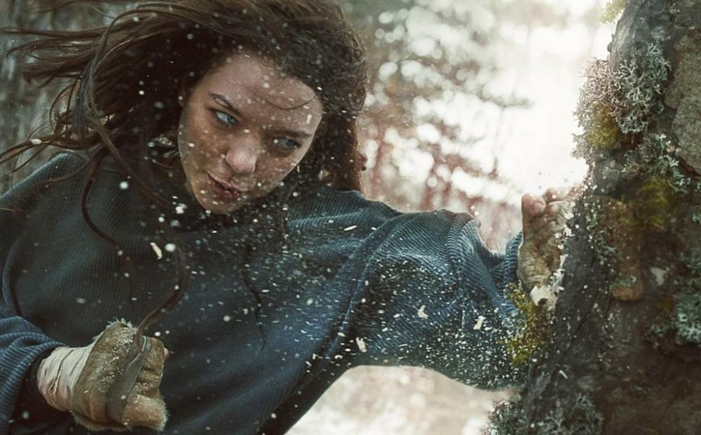 Esme Creed-Miles als Hanna in einem Poster für Kritik Hanna Staffel 1