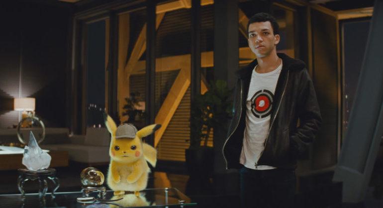 Tim Goodman (Justice Smith) und Pikachu (Ryan Reynolds) befinden sich in einem Raum.