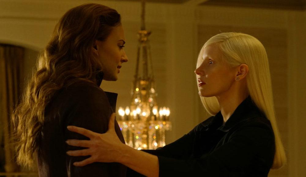 Vuk (Jessica Chastain) hält Jean Grey (Sophie Turner) fest