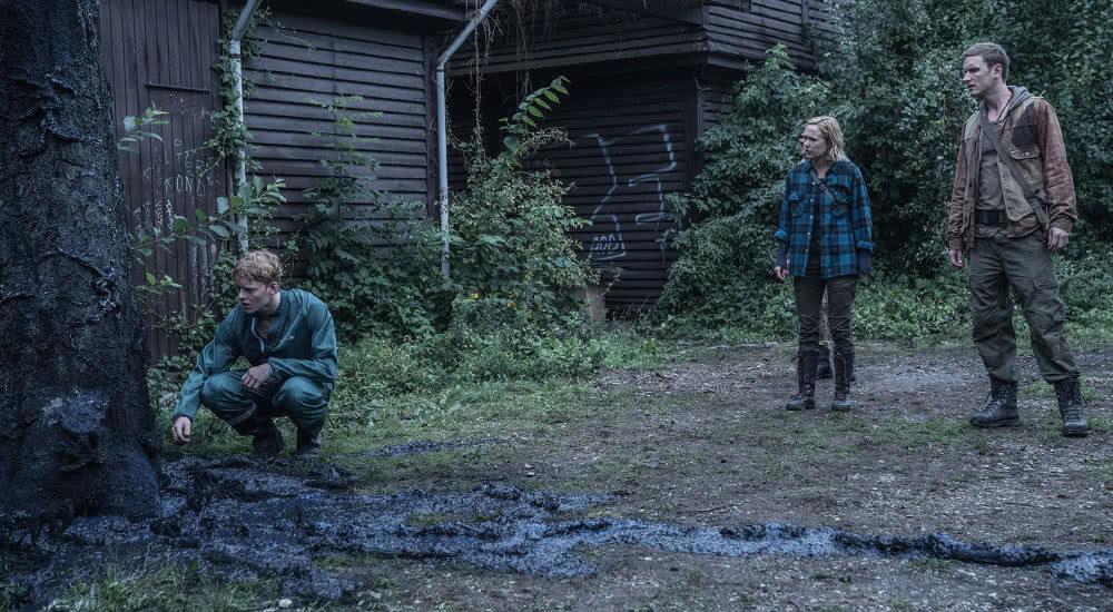 Rasmus und Simone begutachten einen Baum, der vom Virus befallen ist in The Rain Staffel 2