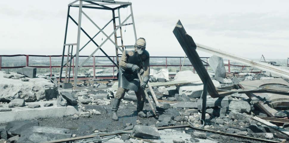 Helfer auf dem Dach von Atomkraftwerk Chernobyl in ABC Anzug in Szenenbild zu Chernobyl