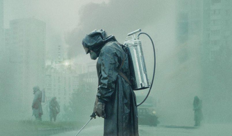Poster für Kritik Chernobyl mit Mann in ABC Maske in Prypjat