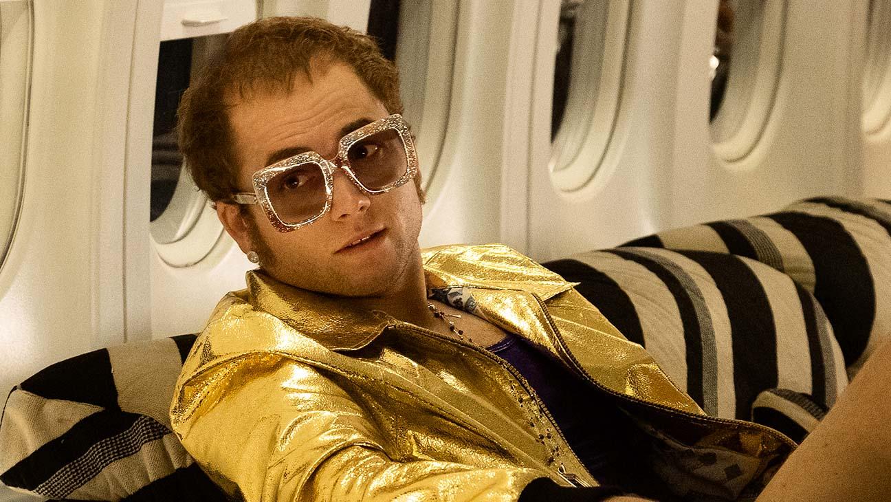 Taron Egerton als Elton John in einem Flugzeug in einem Szenenbild für Kritik Rocketman