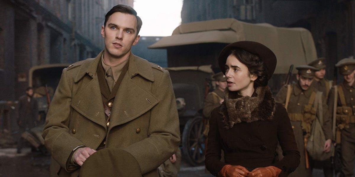 Nicholas Hoult als Tolkien in Uniform und Lily Collins als Edith Bratt in einem Szenenbild für Kritik Tolkien
