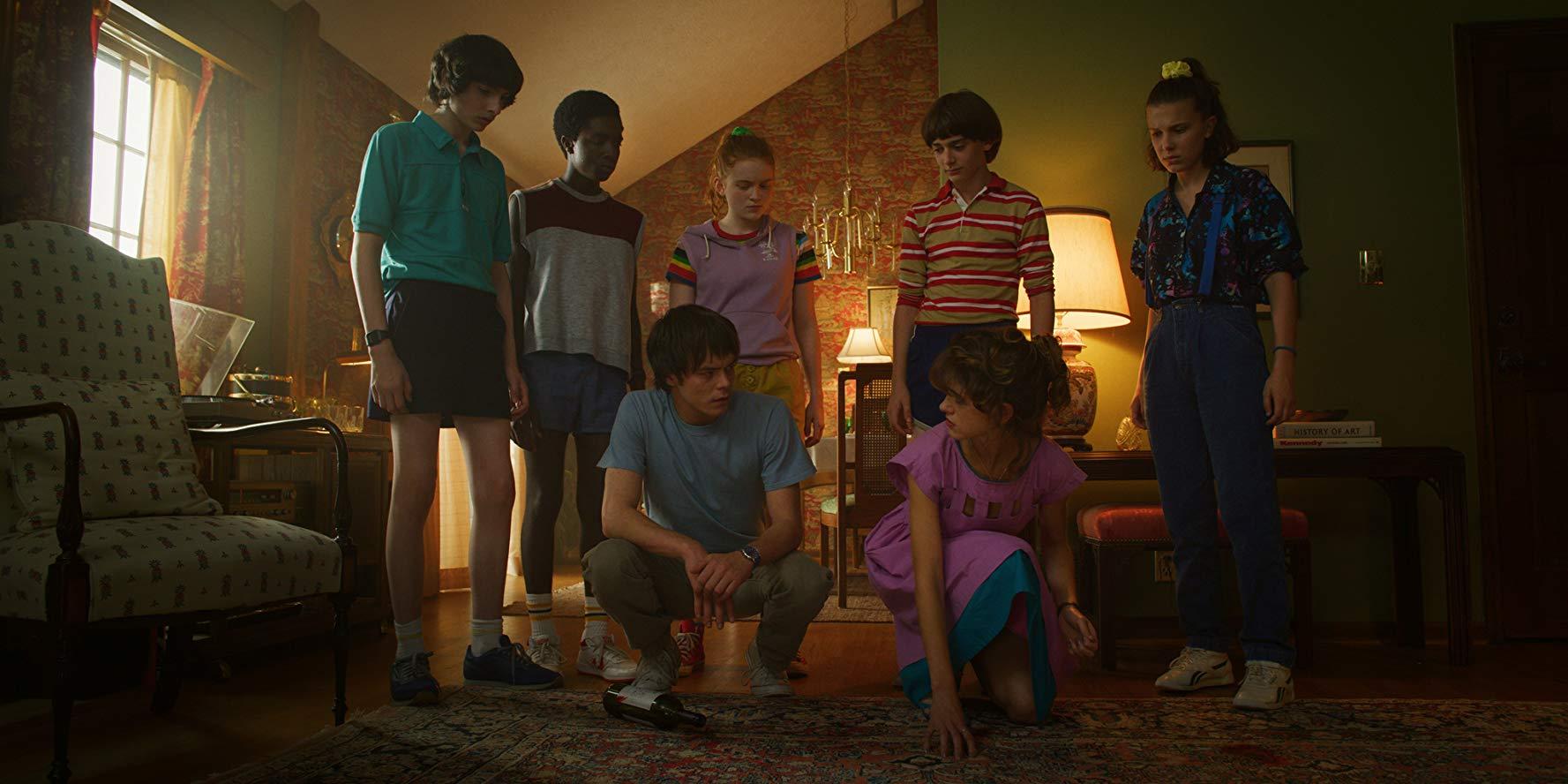 Will (Noah Schnapp), Mike (Finn Wolfhard), Eleven (Millie Bobby Brown), Max (Sadie Sink), Lucas (Caleb McLaughlin), Nancy (Natalia Dyer) und Jonathan (Charlie Heaton) in Staffel drei von Stranger Things.
