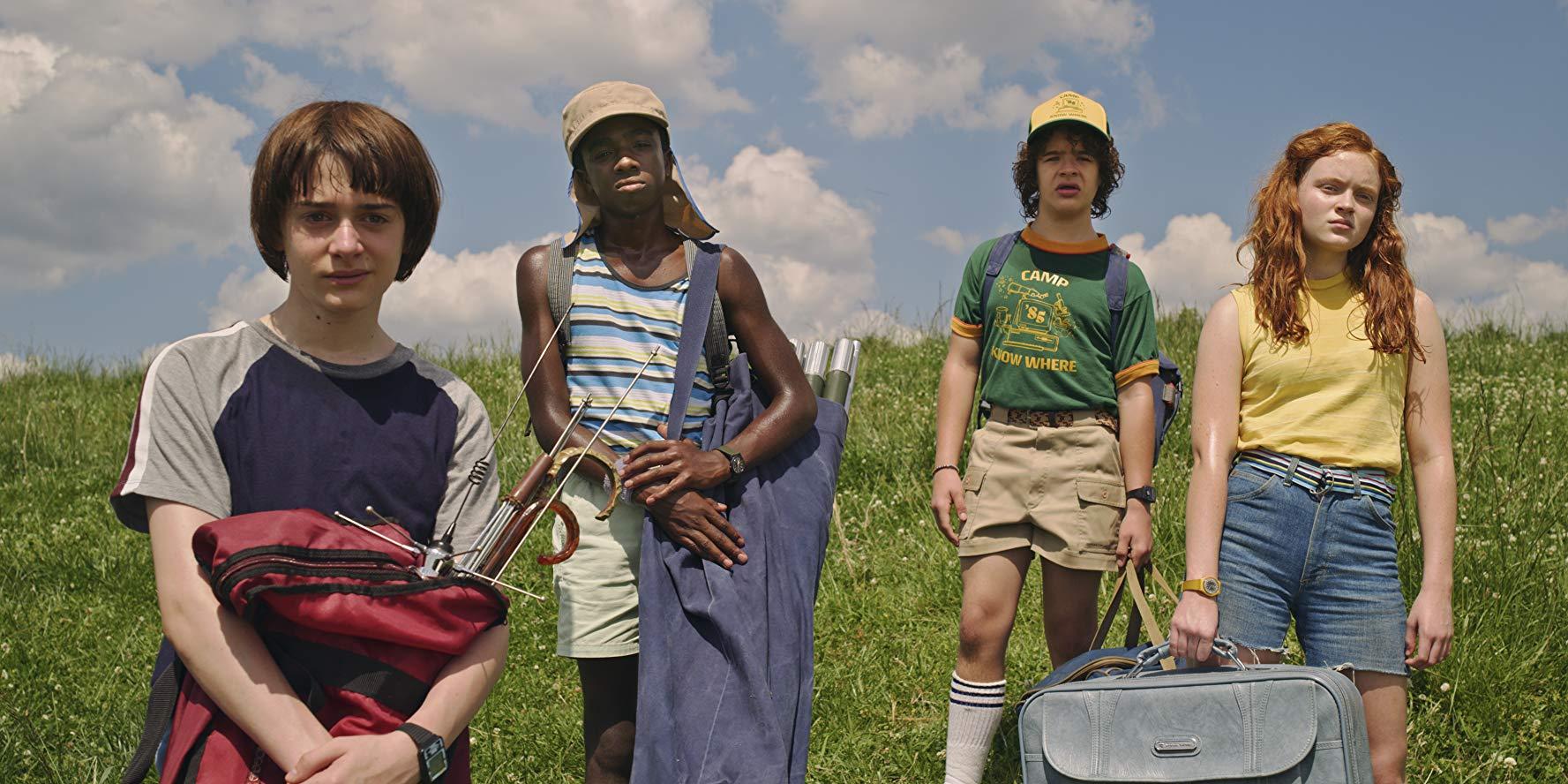 Will (Noah Schnapp), Lucas (Caleb McLaughlin), Dustin (Gaten Matarazzo) und Max (Sadie Sink) bei einem Ausflug ins Grüne in Staffel drei von Stranger Things.