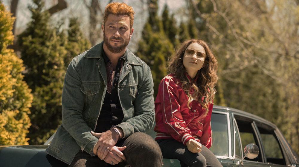 Mad Sweeney Pablo Schreiber) und Laura Moon Emily Browning) auf einem Wagen.