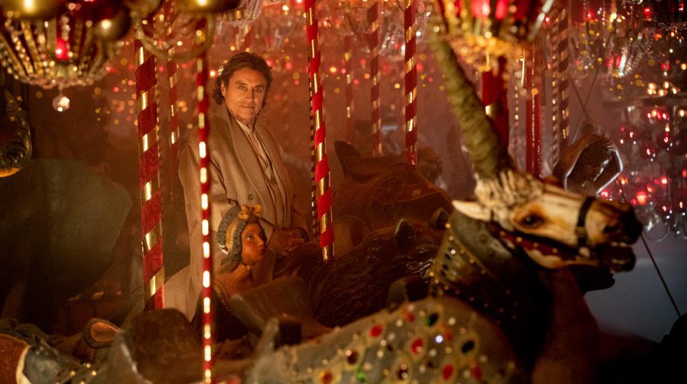 Mr. Wednesday (Ian McShane) auf einem Karussel