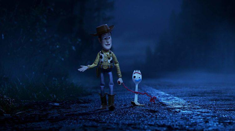 Woody Tom Hanks) und Forki Tony Hale) gehen im Dunkeln eine Straße entlang.