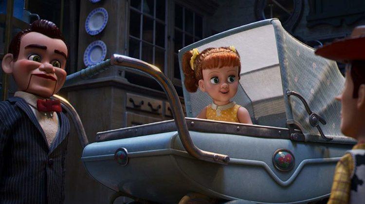 Die Bauchrednerpuppe Benson und Gabby Gabby Christina Hendricks) in einem Kinderwagen.