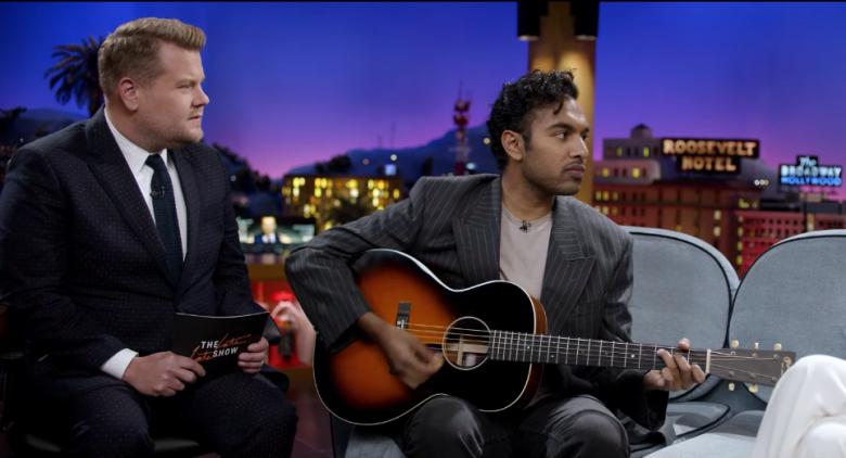 James Corden und Himesh Patel auf der Bühne der Late Night Show mit James Corden in einem Szenenbild für Kritik Yesterday