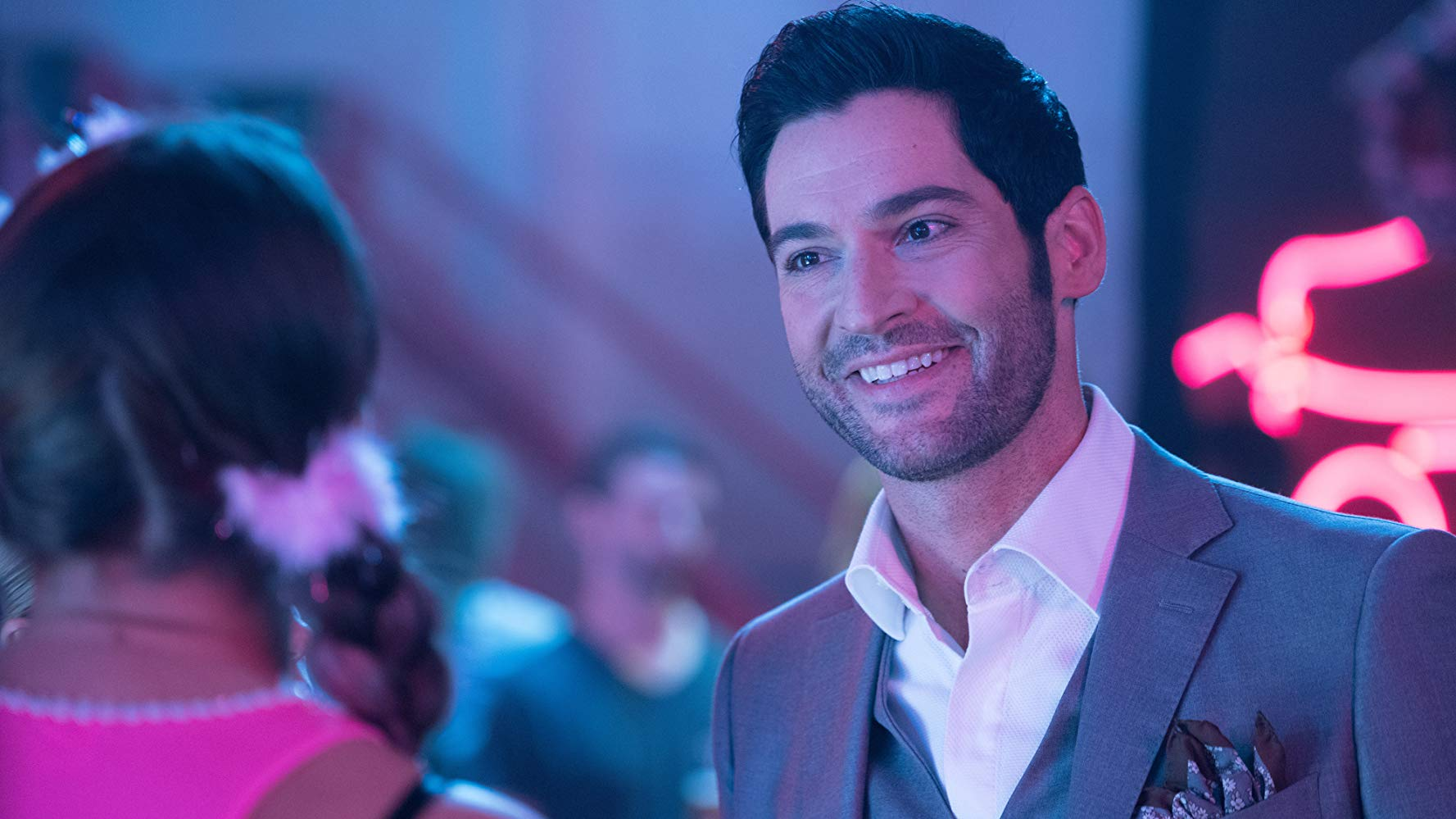 Lucifer Morningstar (Tom Ellis) in einem Club