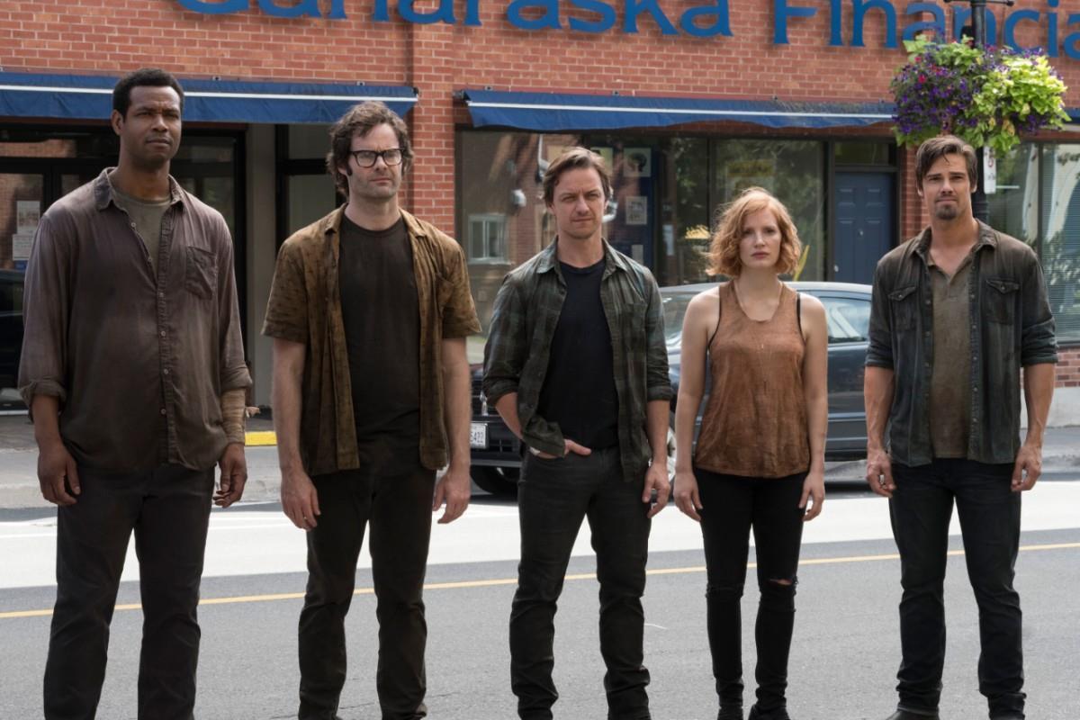 Mike (Isaiah Mustafa), Richie (Bill Hader), Bill (James McAvoy), Beverly (Jessica Chastain) und Ben (Jay Ryan) auf einer Straße in einem Szenenbild für Kritik Es Kapitel 2
