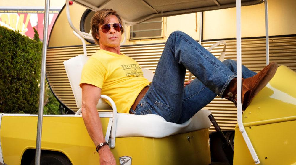 Cliff Booth (Brad Pitt) liegt lässig auf einem Kart.