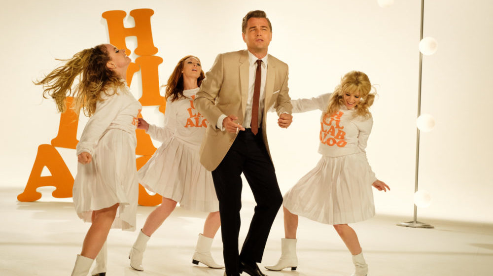 Rick Dalton (Leonardo DiCaprio) auf der Bühne mit weiteren Tänzerinnen.