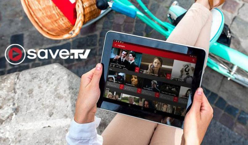 Frau mit Fahrrad und Tablet schaut Save.tv in Titelbild für Artikel Save.TV von 4001Reviews