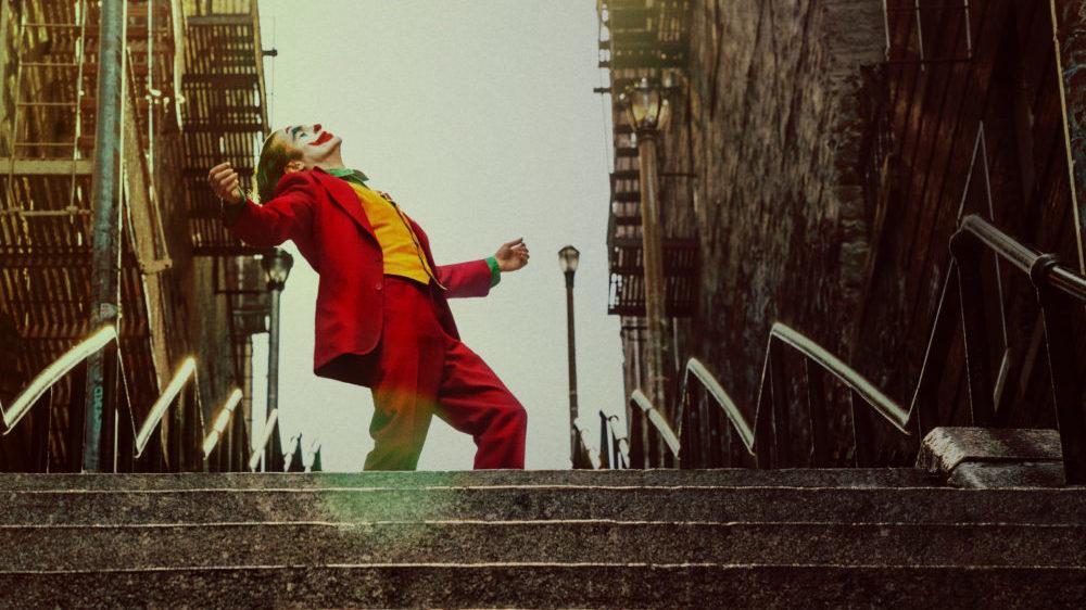Arthur Fleck Joaquim Phoenix) als Joker steht auf einer Treppe.